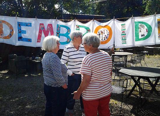 Den spännande banderollen som broderats av indiska kvinnor hängdes upp på Världsbroderidagen i Gerlesborg. Fr.v Ewa-May Henriksson, Birgitta Borgefors Karlsson och Elsa Agélii.