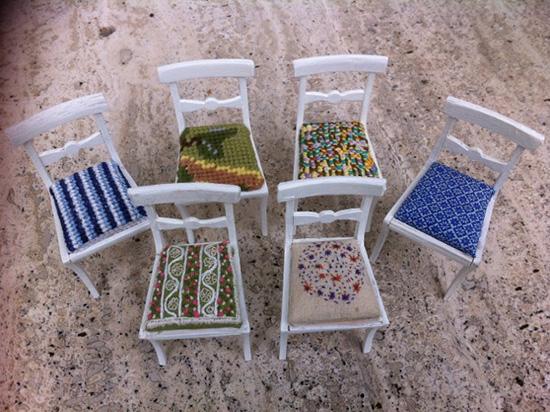 Stolar med broderade dynor