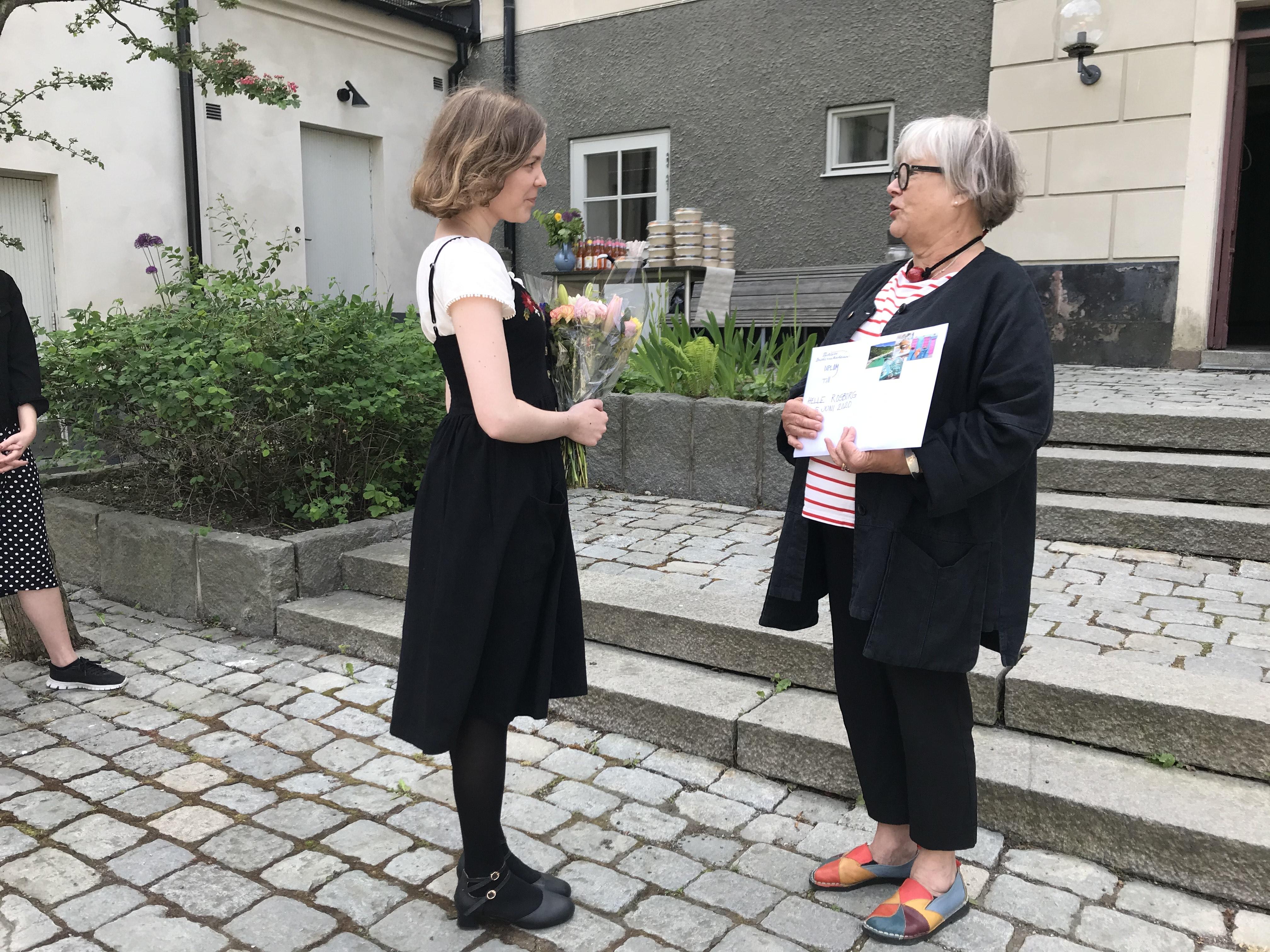 helle-rosborg-handarbetets-vc3a4nners-skola-tar-emot-elevstipendiet-av-barbro-lindberg-ordfc3b6rande